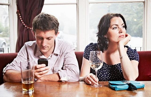 Aseguran que la tecnología en la cama debilita a las parejas